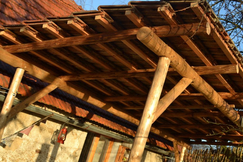 Jednoduchá stavba přichycená k domu s opačným sklonem střechy kvůli slunci