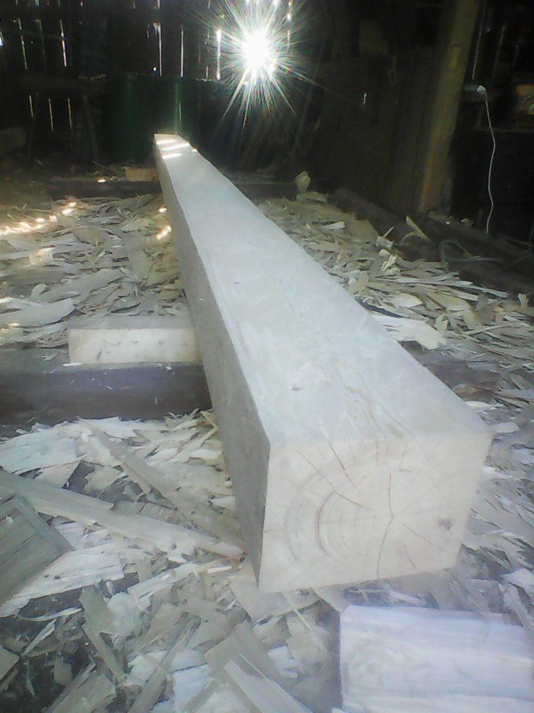 Hotový lehce oblinový trám, odsekaným materiálem se dá výborně mulčovat třeba pod keři