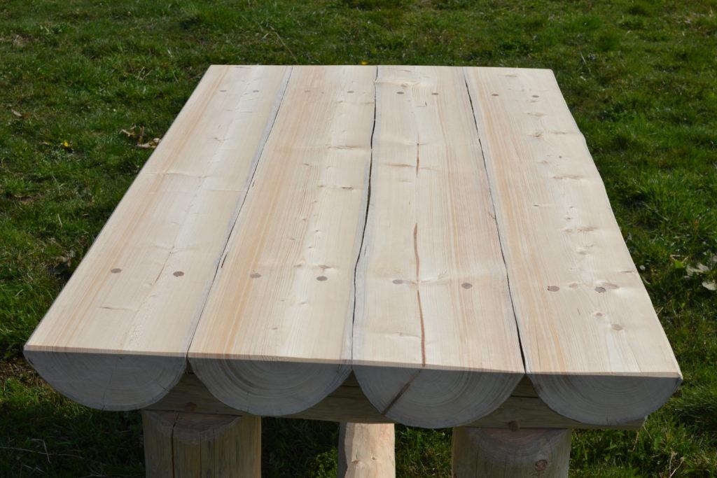 Deska stolu tvořená půlkulatinou s bukovými kolíky